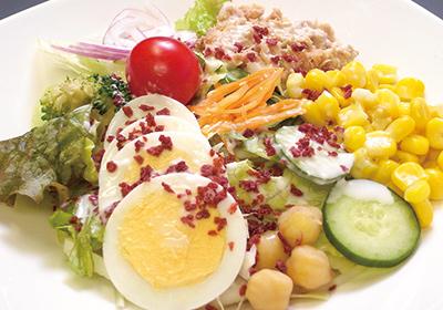 梅干のフレーバーは、サラダのトッピングに最適